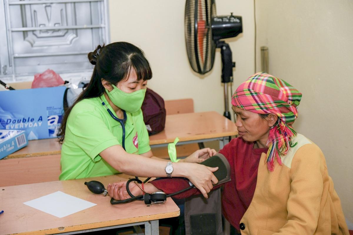 Hoạt động khám bệnh từ thiện thu hút nhiều bác sĩ trẻ của BV Đại học Y Hà Nội cùng tham gia