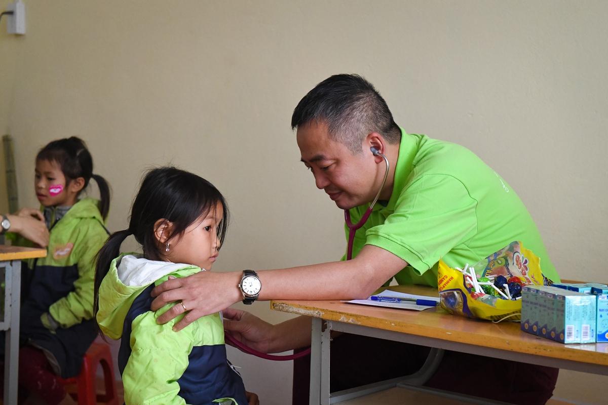 PGS-TS Nguyễn Lân Hiếu, Đại biểu Quốc hội, Giám đốc BV Đại học Y Hà Nội, nhiều năm qua thường xuyên kết hợp với nhóm tổ chức khám chữa bệnh, phát thuốc cho các em nhỏ và bà con dân tộc thiểu số
