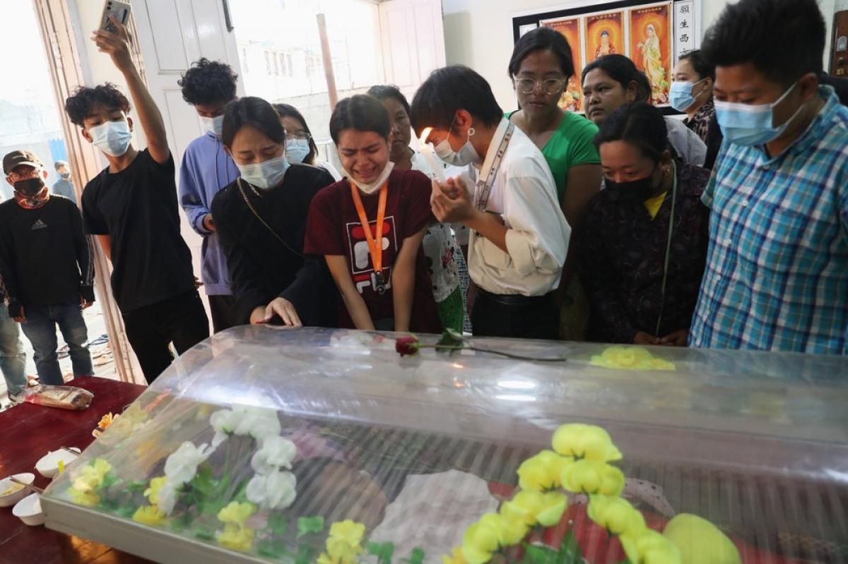 Người dân Myanmar viếng, khóc thương bên thi hài nữ sinh viên Kyal Sin. Ảnh: AP.