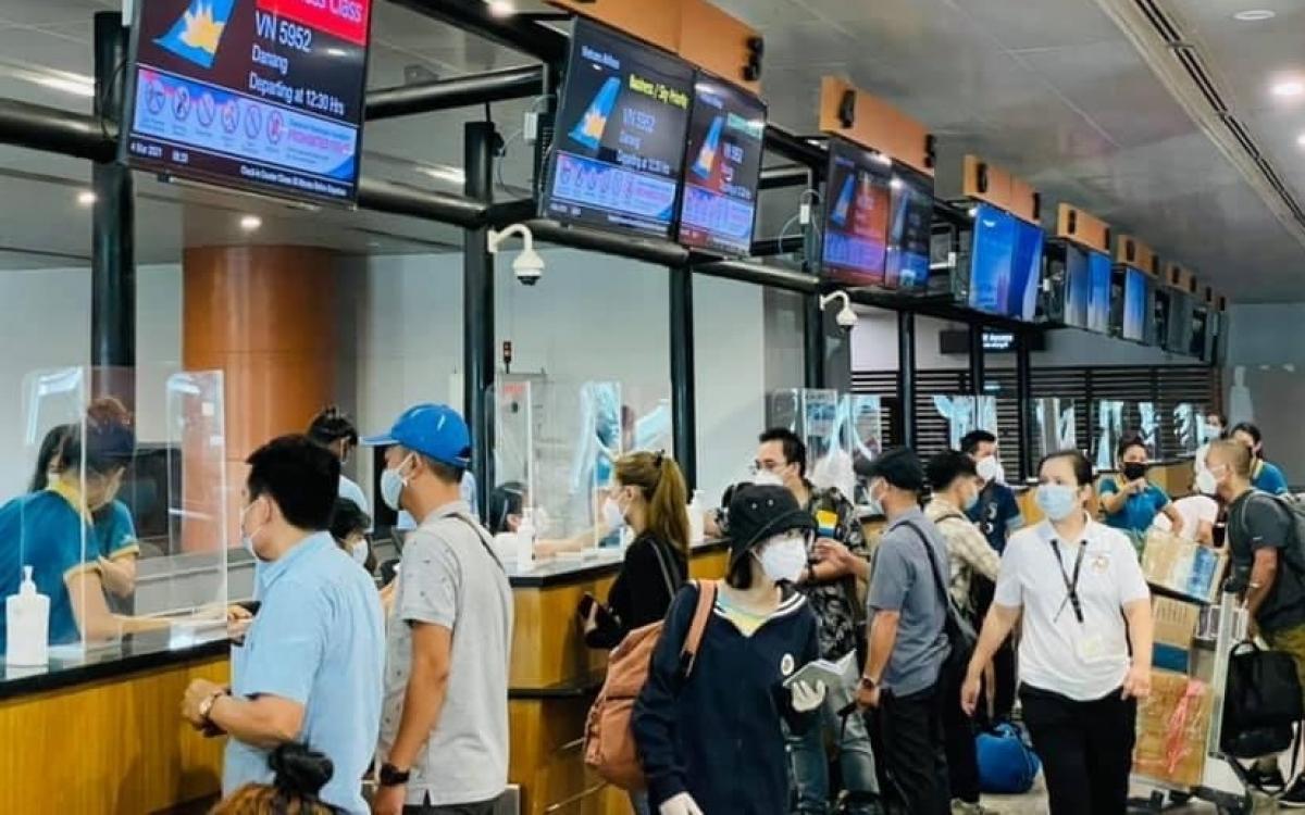 Các công dân làm thủ tục tại sân bay Yangon.