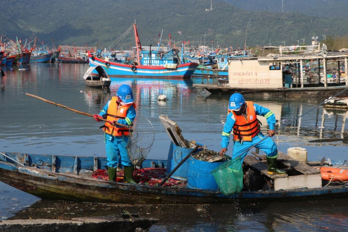 Công nhân Công ty TNHH MTV Môi trường đô thị Hà Nội Chi nhánh miền Trung thu gom rác tại âu thuyền Thọ Quang
