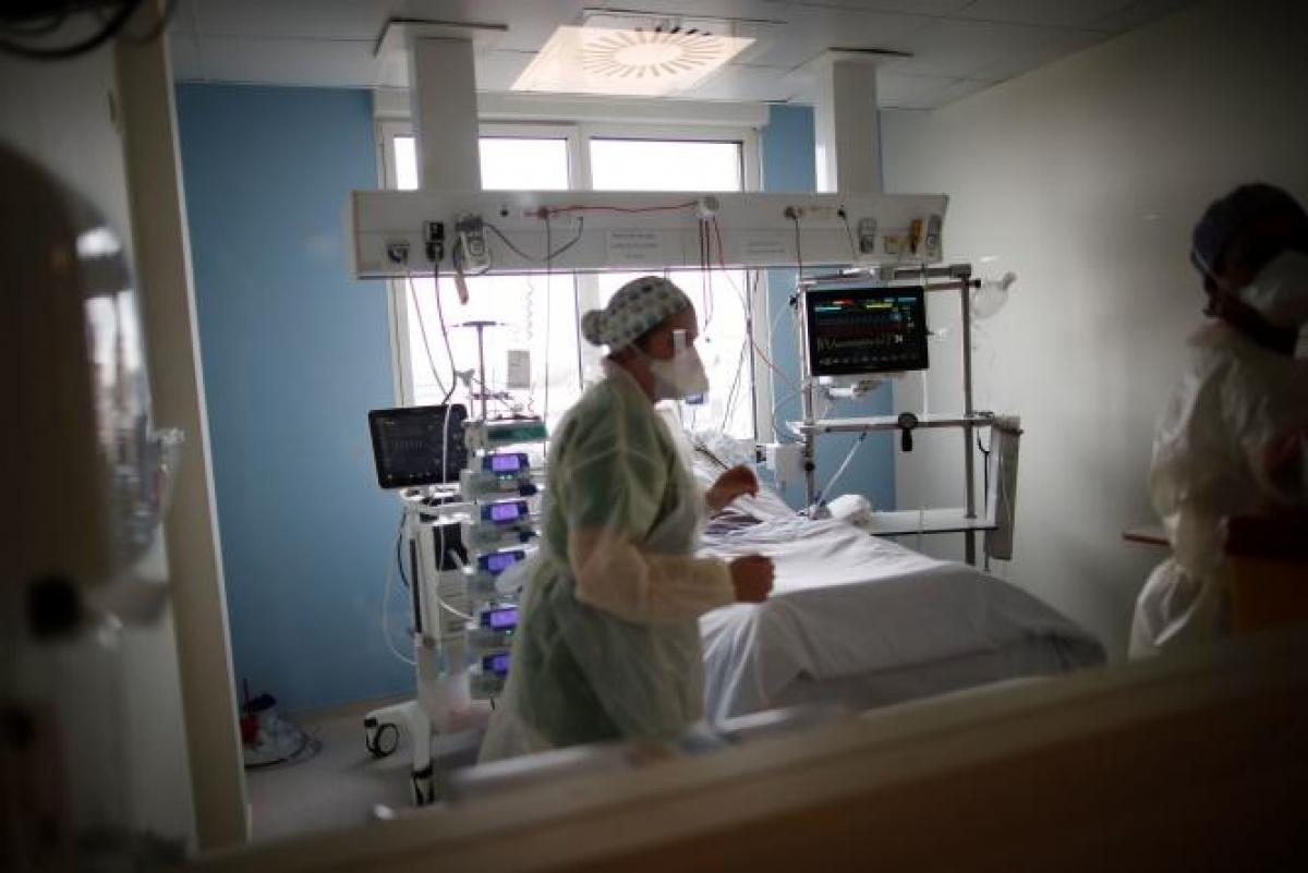 Dịch Covid-19 khiến số người chết tại Pháp năm 2020 cao nhất trong 70 năm (Ảnh: Le Monde).