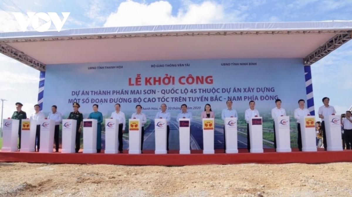 Thủ tướng Nguyễn Xuân Phúc cùng đại diện các bộ, ngành Trung ương nhấn nút khởi công dự án cao tốc Bắc Nam.