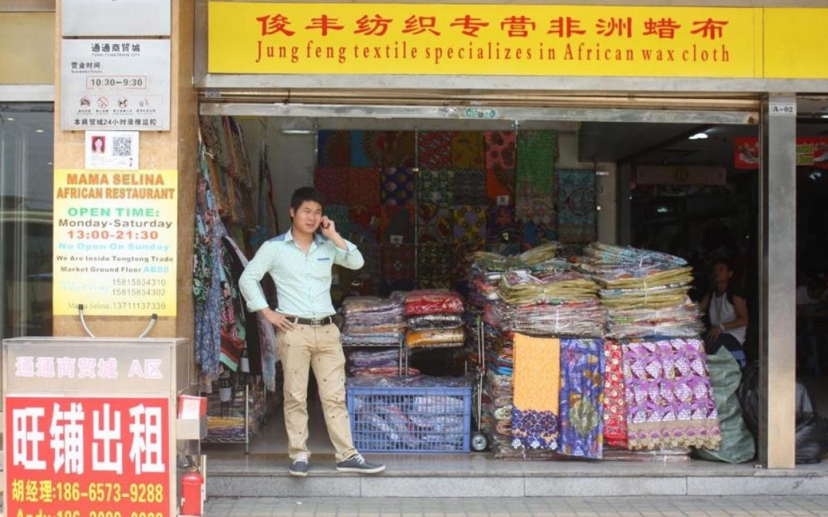 Một cửa hàng bán vải châu Phi, ở khu Tiểu châu Phi thuộc Quảng Châu, Trung Quốc. Ảnh: Jenni Marsh.