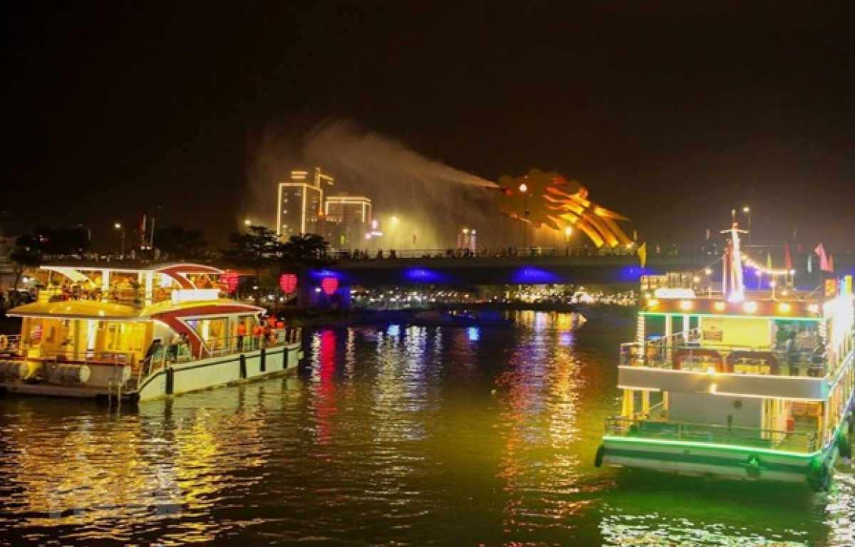 A tour on the Han River at night (Photo: VNA)