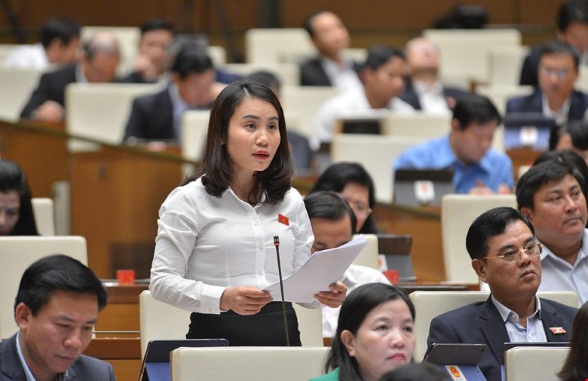 Đại biểu tham dự kỳ họp thứ 10 Quốc hội khóa XIV cho ý kiến với một dự án luật (Ảnh: Quốc hội)