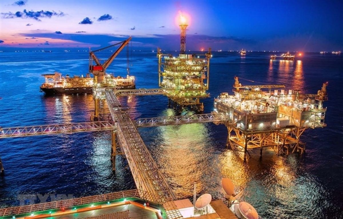 Giá dầu thô tăng mạnh, đạt đỉnh 1 năm qua.