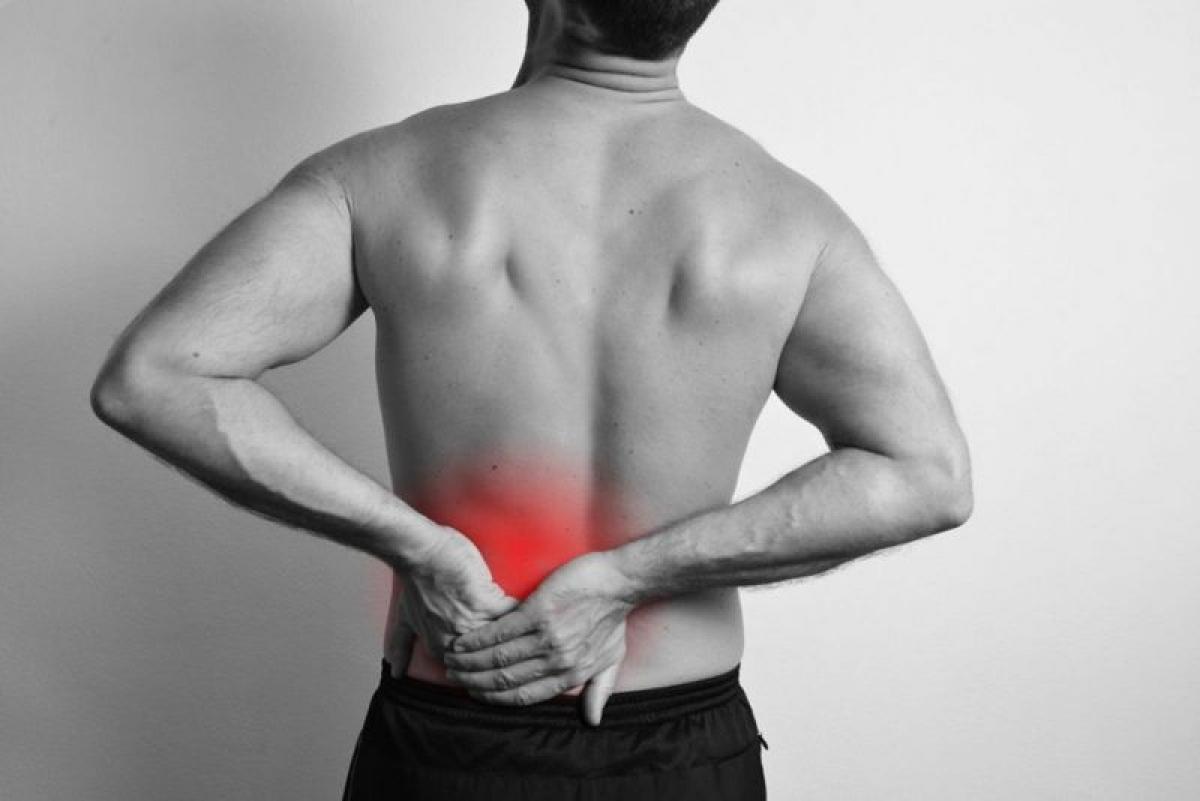 Đau thần kinh tọa: Những người bị thoái hóa đĩa đệm có thể bị đau thần kinh tọa. Đó là cơn đau bắt đầu từ thắt lưng hoặc mông, lan xuống một hoặc cả hai cẳng chân rồi tới bắp chân hoặc bàn chân. Đó là do đĩa đệm thoái hóa chèn lên gốc thần kinh ở thắt lưng, kích thích dây thần kinh tọa, dẫn đến cơn đau lan rộng từ gốc thần kinh.