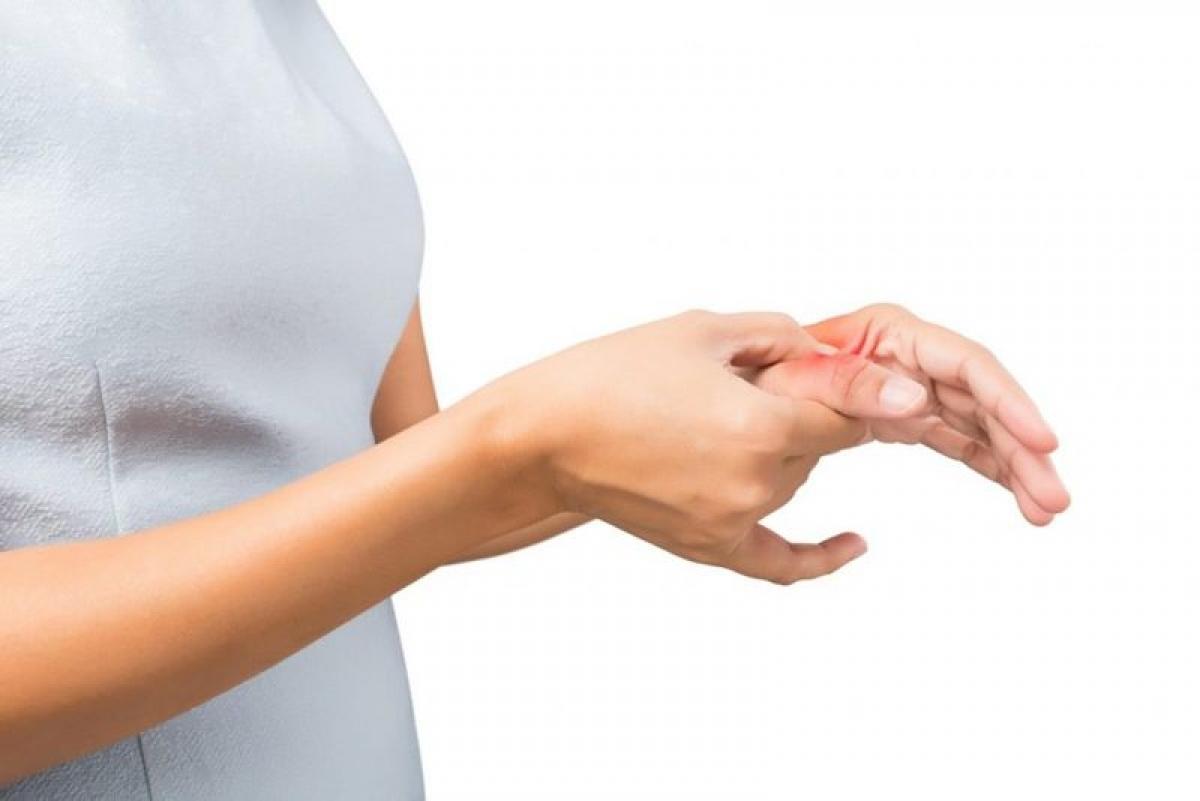 Cảm giác tê bì, châm chích ở các chi: Cảm giác tê bì, châm chích ở các chi là hệ quả của việc đĩa đệm thoái hóa chèn ép lên các dây thần kinh, hoặc do viêm dây thần kinh, hay kích ứng dây thần kinh.