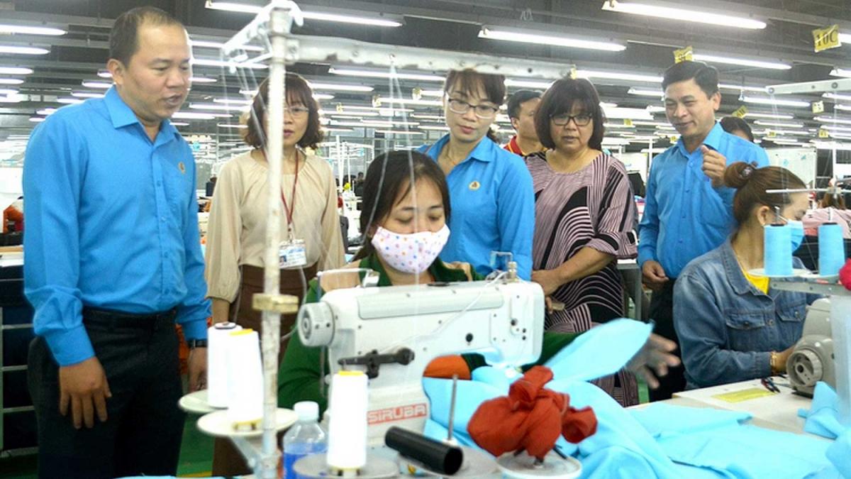 Lãnh đạo các đơn vị thăm và động viên công nhân tích cực sản xuất.