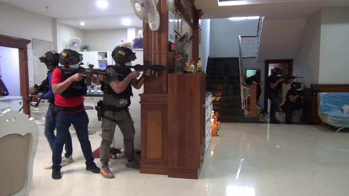 Lực lượng chức năng ẩn nấp chờ nhóm nghi phạm (Ảnh: Lực lượng hiến binh Phnom Penh)