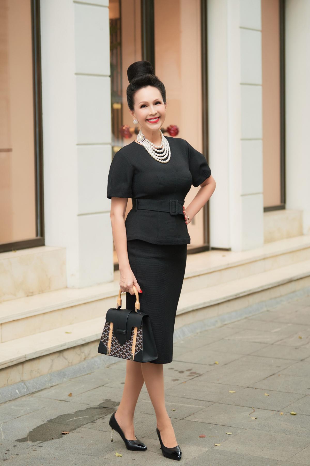 Nữ diễn viên kết hợp với loạt phụ kiện của Hermes, Chanel, Goyard với những tông màu phù hợp với màu đen của trang phục như: trắng, đen, nâu nhạt. Vẻ ngoài của Diễm My đều khiến mọi người bất ngờ khi biết được tuổi thật của cô.
