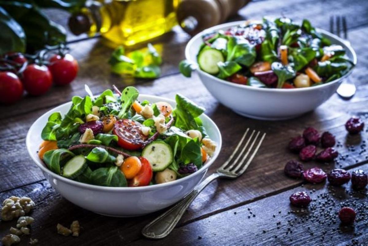 Kiểm soát chế độ ăn: Việc chúng ta ăn gì và ăn bao nhiêu có tác động lớn đến mức năng lượng của cơ thể. Hãy xây dựng một chế độ ăn uống cân bằng, nhiều rau, củ, quả, ngũ cốc nguyên hạt và protein nạc, đồng thời hạn chế đồ ăn vặt và đồ ăn nhanh hết mức có thể.