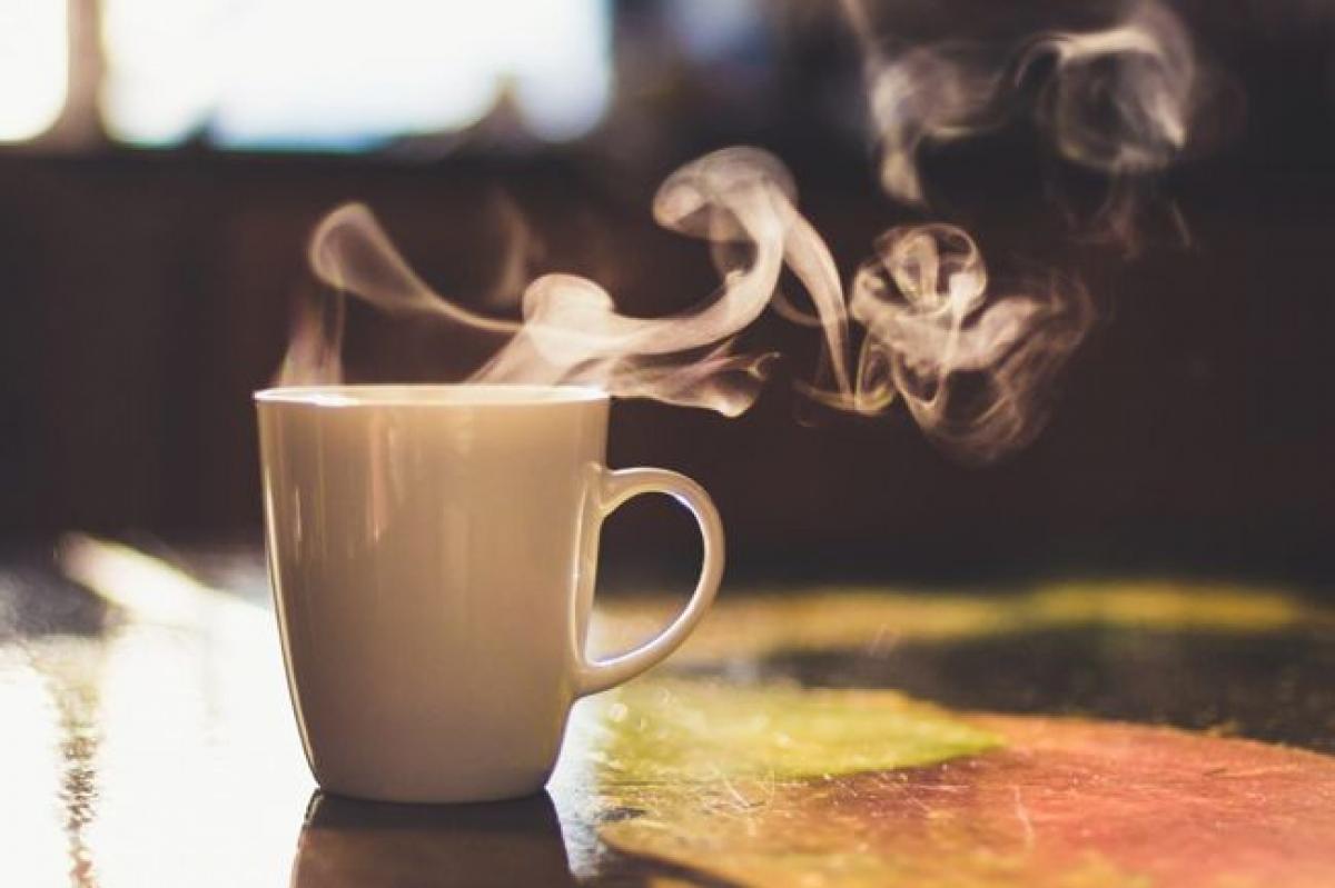 Sử dụng caffeine: Khoa học đã chứng minh rằng caffeine có tác dụng thúc đẩy năng lượng, giúp bạn minh mẫn và tỉnh táo. Tuy nhiên, bạn chỉ nên uống một đến hai tách cà phê mỗi ngày, hoặc chọn các thức uống ít caffeine hơn như trà xanh hoặc trà thảo mộc để tránh mất ngủ về đêm.