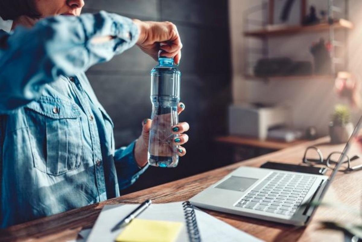 Uống đủ nước: Đừng chỉ uống cà phê cả ngày mà hãy đem theo bên mình một bình nước lọc để giữ cho cơ thể luôn được cấp đủ nước. Đó là bởi thiếu nước là một trong những nguyên nhân phổ biến gây tình trạng mệt mỏi, suy nhược.