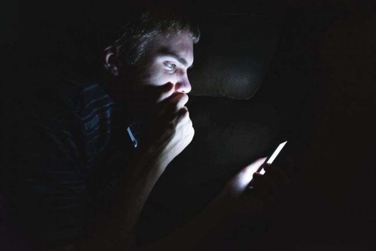 Hạn chế sử dụng thiết bị điện tử: Dành quá nhiều thời gian trước các màn hình điện tử có thể rút cạn năng lượng của bạn nhanh chóng. Ánh sáng xanh từ các màn hình điện tử khiến bạn dễ bị mất ngủ, dẫn đến tình trạng mệt mỏi vào sáng hôm sau. Bên cạnh đó, mạng xã hội và công việc cũng dễ khiến bạn cảm thấy căng thẳng, lo âu.
