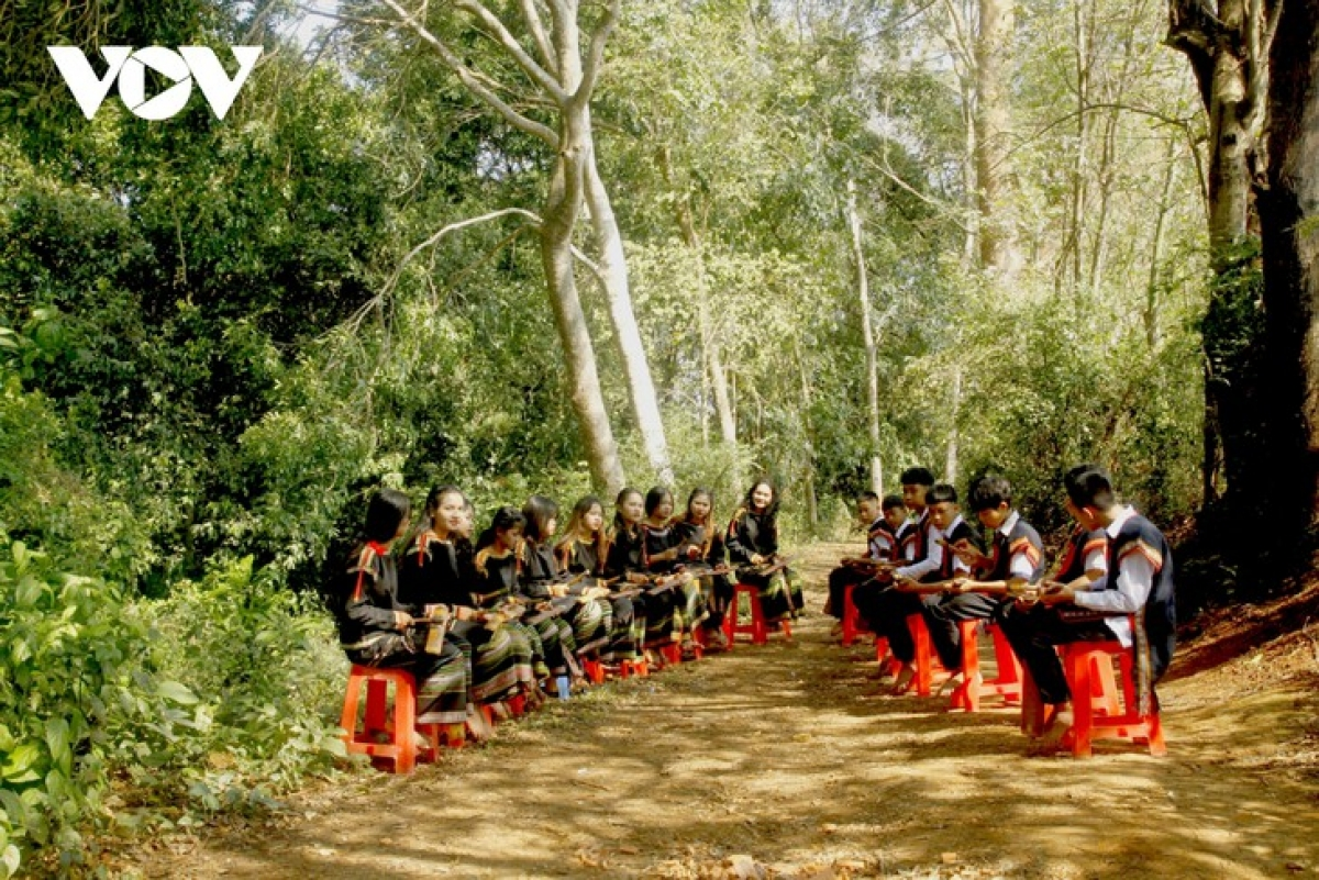 Both teams sit opposite each other and jointly perform a piece of gong on offering wine.