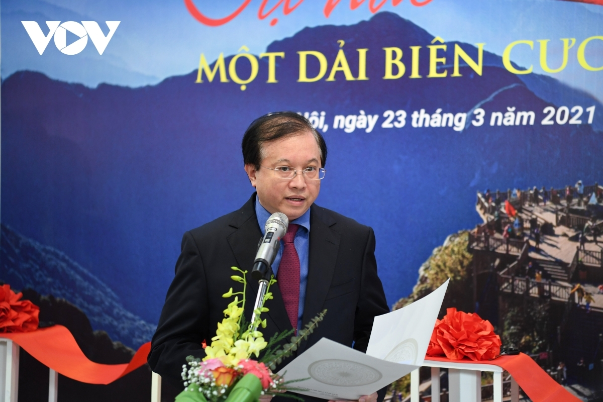 Addressing the opening ceremony on March 23, Deputy Minister of Culture, Sports and Tourism Ta Quang Dong says the organisers have chosen 100 outstanding images from a total of 196 entries, with the photo contest aiming to highlight Vietnamese border areas.