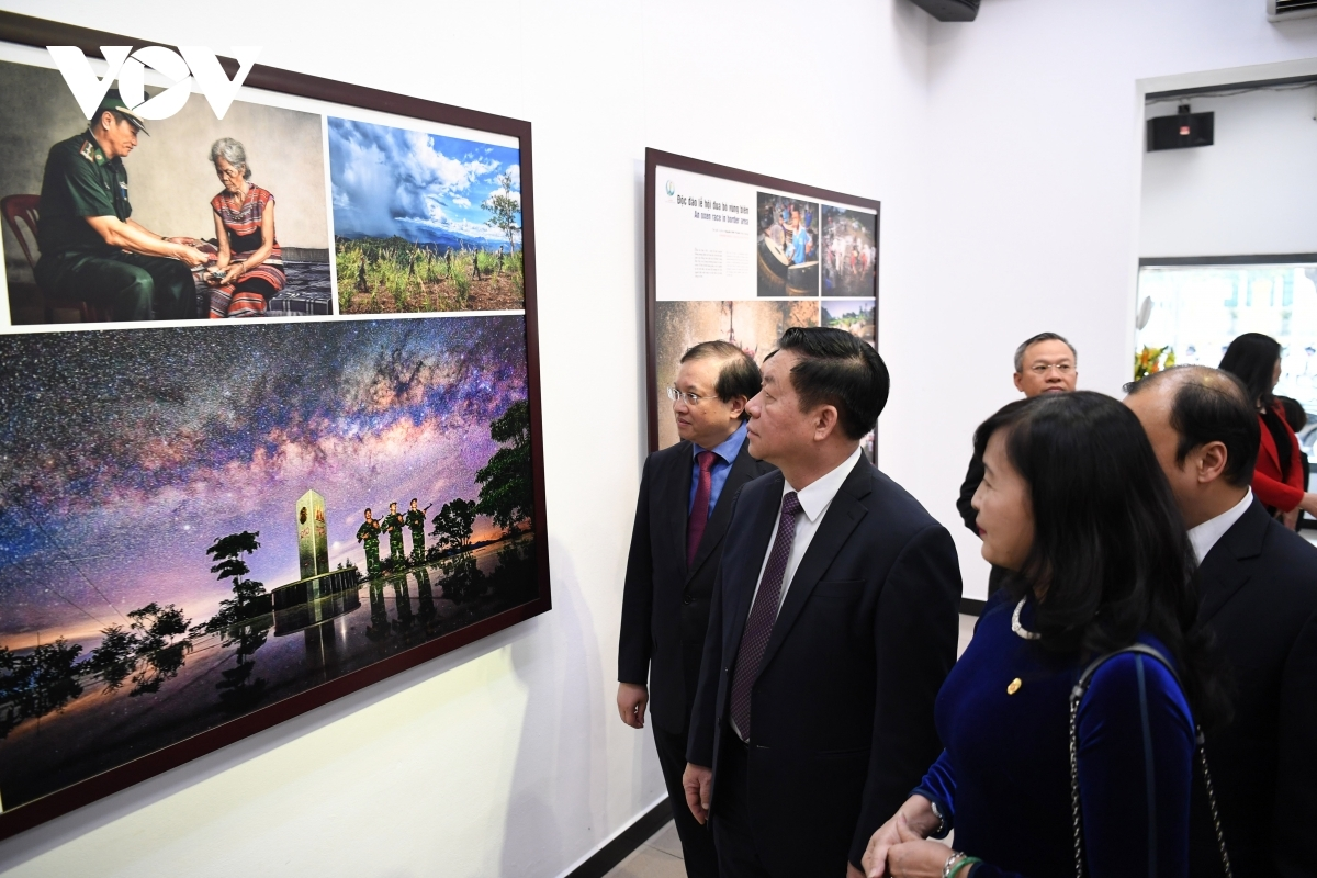 The exhibition showcases the deep concern that photographers nationwide have for the issue of national sovereignty and the need to protect both national borders and territory, Deputy Minister Dong notes.