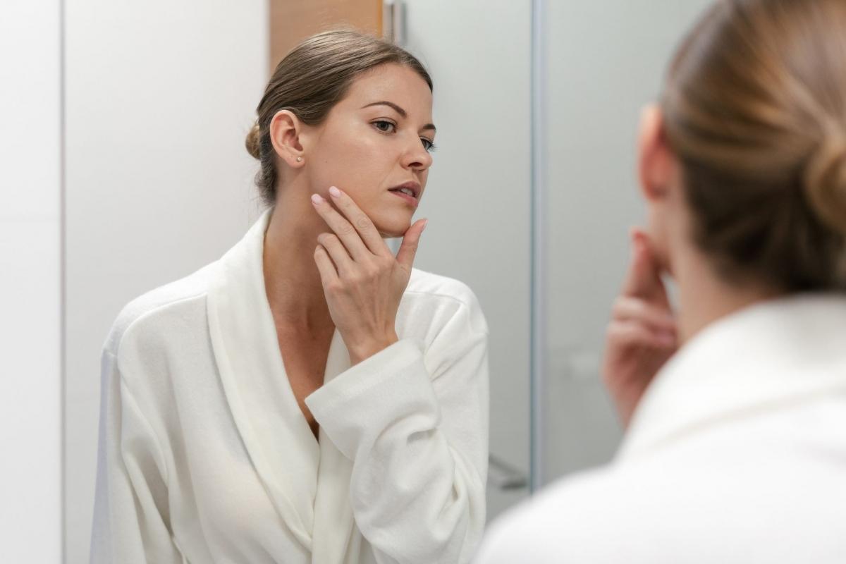 Hai bên mặt không đối xứng: Mặt không cân xứng có thể là dấu hiệu ban đầu của một cơn đột quỵ. Người bệnh sẽ cảm thấy tê dại một bên mặt, khó cười nói, kèm theo các triệu chứng như thị lực mờ nhòe và vô lực chân tay.
