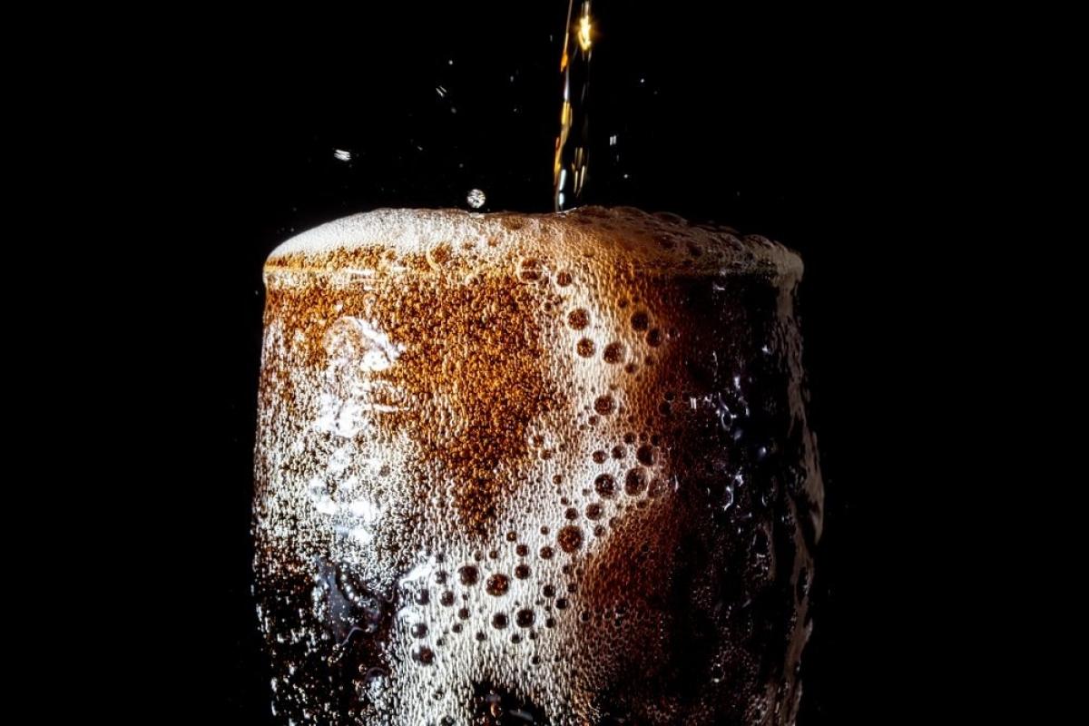 Nước ngọt: Nghiên cứu cho thấy uống nước ngọt có ga làm tăng nguy cơ tử vong khi còn trẻ. Uống nước ngọt mỗi ngày làm tăng gấp đôi nguy cơ mắc bệnh động mạch vành, đồng thời đẩy nhanh lão hóa tế bào, thậm chí có thể lấy đi 4-5 năm tuổi thọ của bạn.