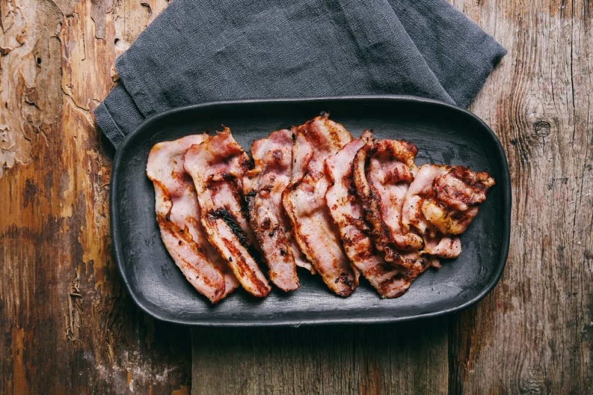 Thịt chế biến sẵn: Thịt xông khói, lạp xưởng, xúc xích cũng thuộc vào loại thực phẩm siêu chế biến, có liên quan trực tiếp đến nguy cơ tử vong khi còn trẻ do các bệnh về tim mạch và bệnh ung thư.