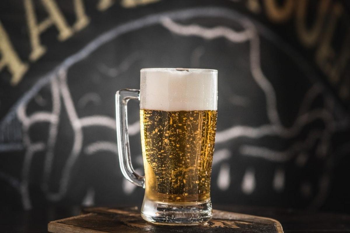 Rượu bia: Một số nghiên cứu cho rằng uống một ly rượu hoặc bia mỗi ngày có thể đem lại một số lợi ích sức khỏe, nhưng uống nhiều hơn thế, hay chỉ lượng như thế thôi đã có thể lấy đi vài năm sống trên đời của bạn do nhiều tác hại mà cồn gây ra cho sức khỏe.
