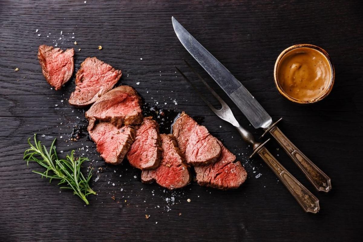 Các thực phẩm gây ung thư: Nhiều loại thực phẩm có hại cho tim mạch đã liệt kê ở trên cũng có thể gây ung thư. Rượu bia, thịt đỏ và thịt chế biến sẵn, các thực phẩm BBQ đều được xem là có nguy cơ gây bệnh ung thư.