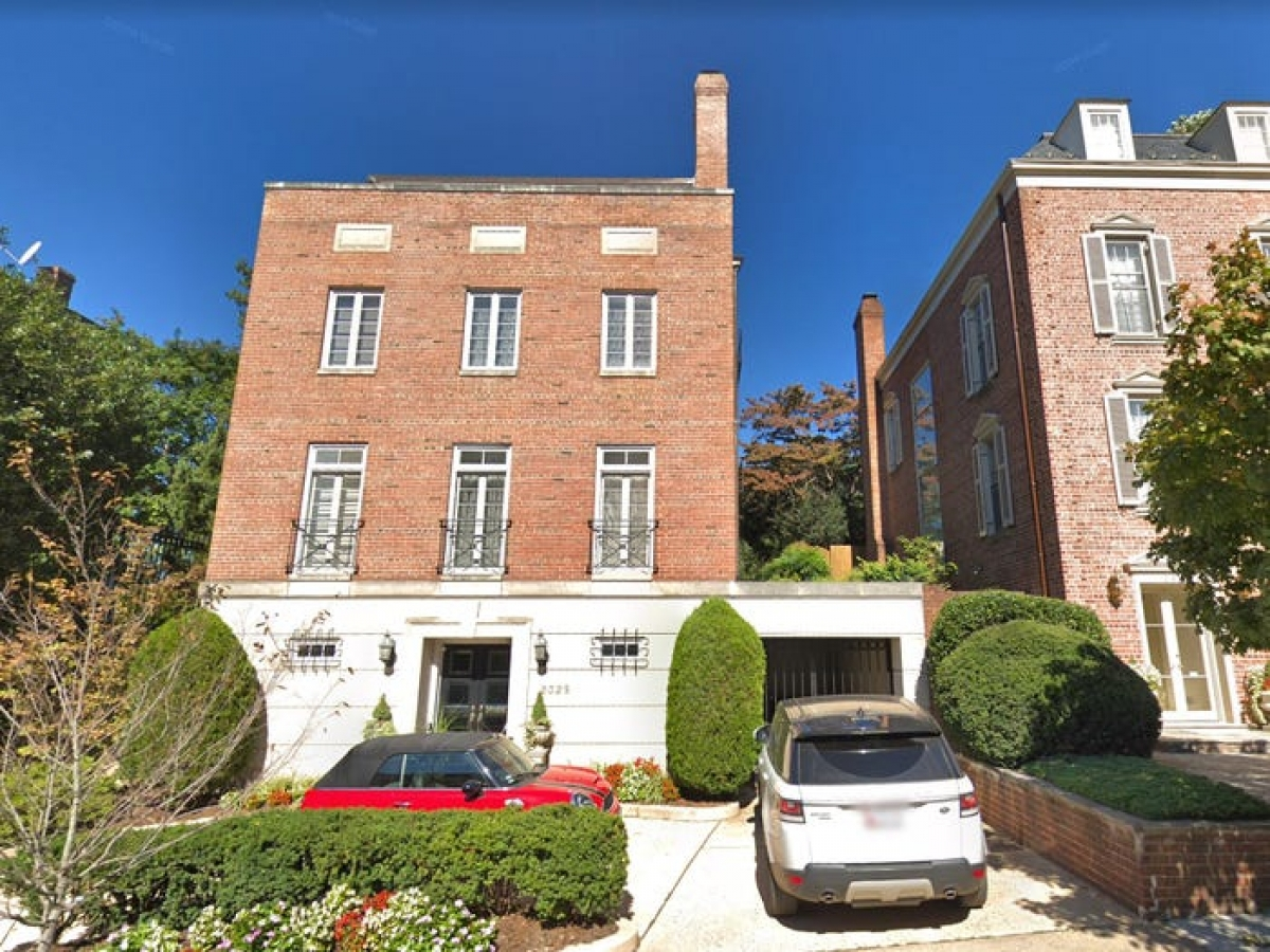 Năm 2020, tỷ phú Jeff Bezos mua luôn tòa nhà đối diện để đảm bảo quyền riêng tư cho khu nhà ở rộng nhất Washington DC.