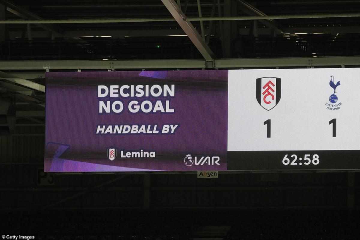Fulham bị từ chối bàn thắng, Tottenham thở phào nhẹ nhõm.