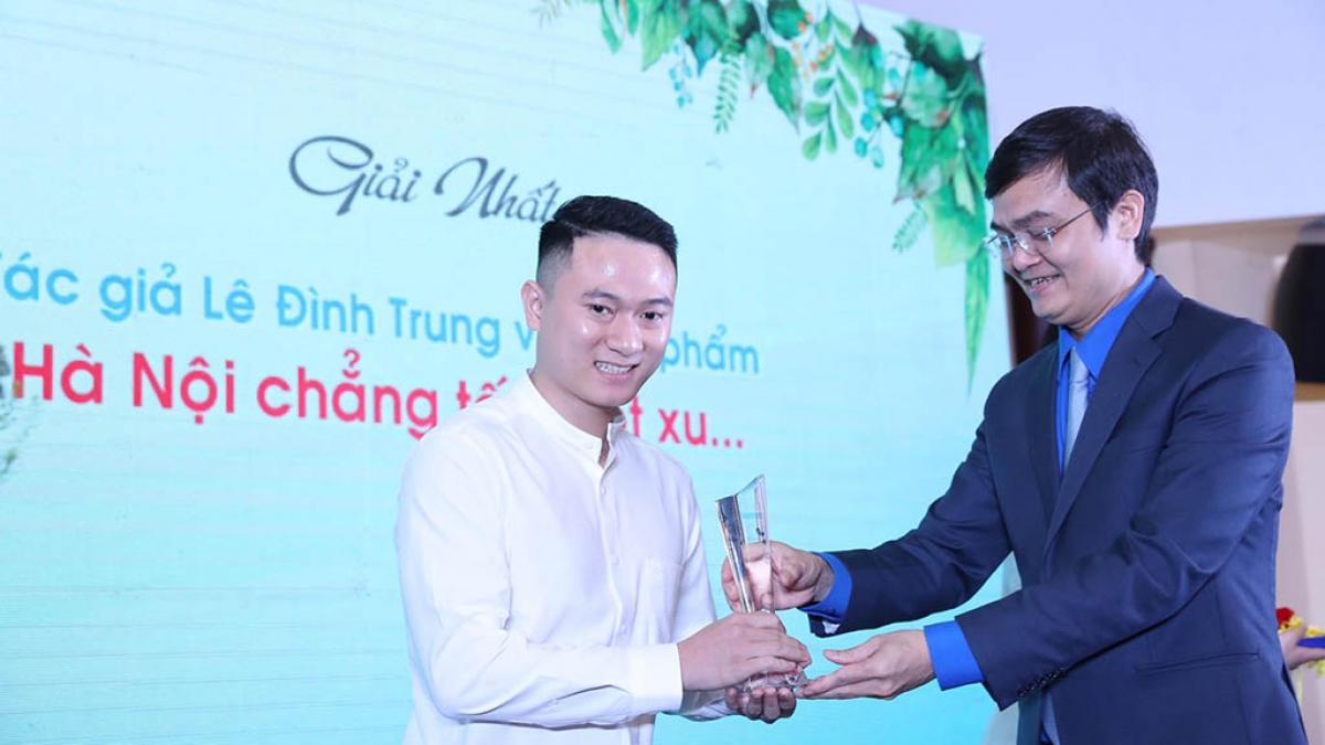 """Trao giải nhất cho tác giả Lê Đình Trung với tác phẩm """"Hà Nội chẳng tốn một xu""""."""