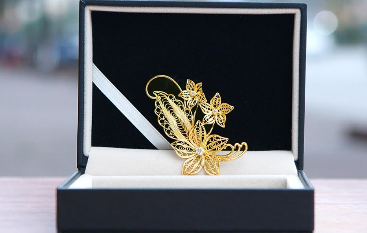 A gold-plated flower brooch can be purchased for VND1.5 million (equivalent to US$65.2) at a jeweler's on Xa Dan street in Dong Da district of Hanoi.