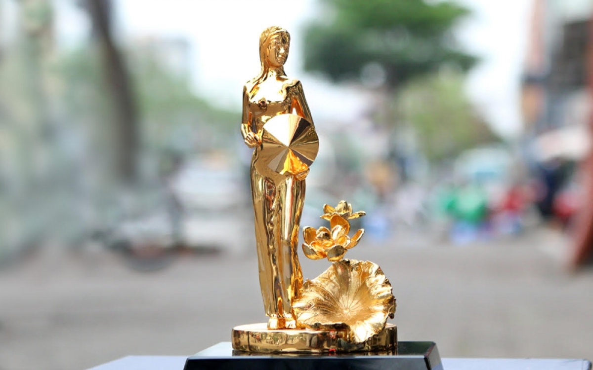 A gold-plated statue featuring a girl standing beside a lotus flower costs between VND5.5 million and VND6.5 million, equal to between US$239.1 and US$282.6.