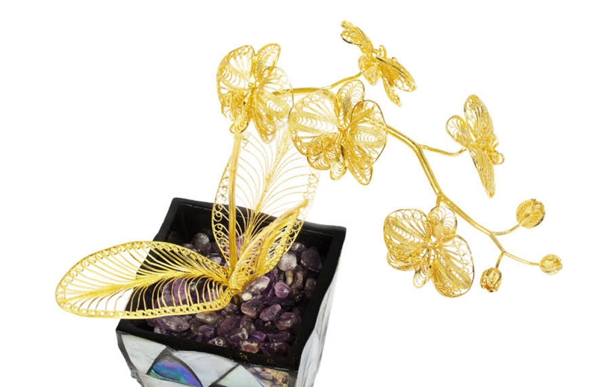 A pot featuring a 24k gold-plated orchid flower is available to buy for VND12 million, equivalent to US$521.7.