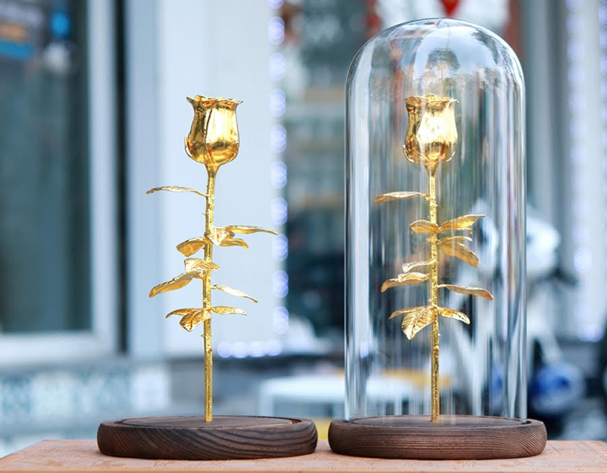 This gold-plated rose will set buyers back by between VND2.5 million and 3.5 million, equal to between US$108.6 and US$152.1.
