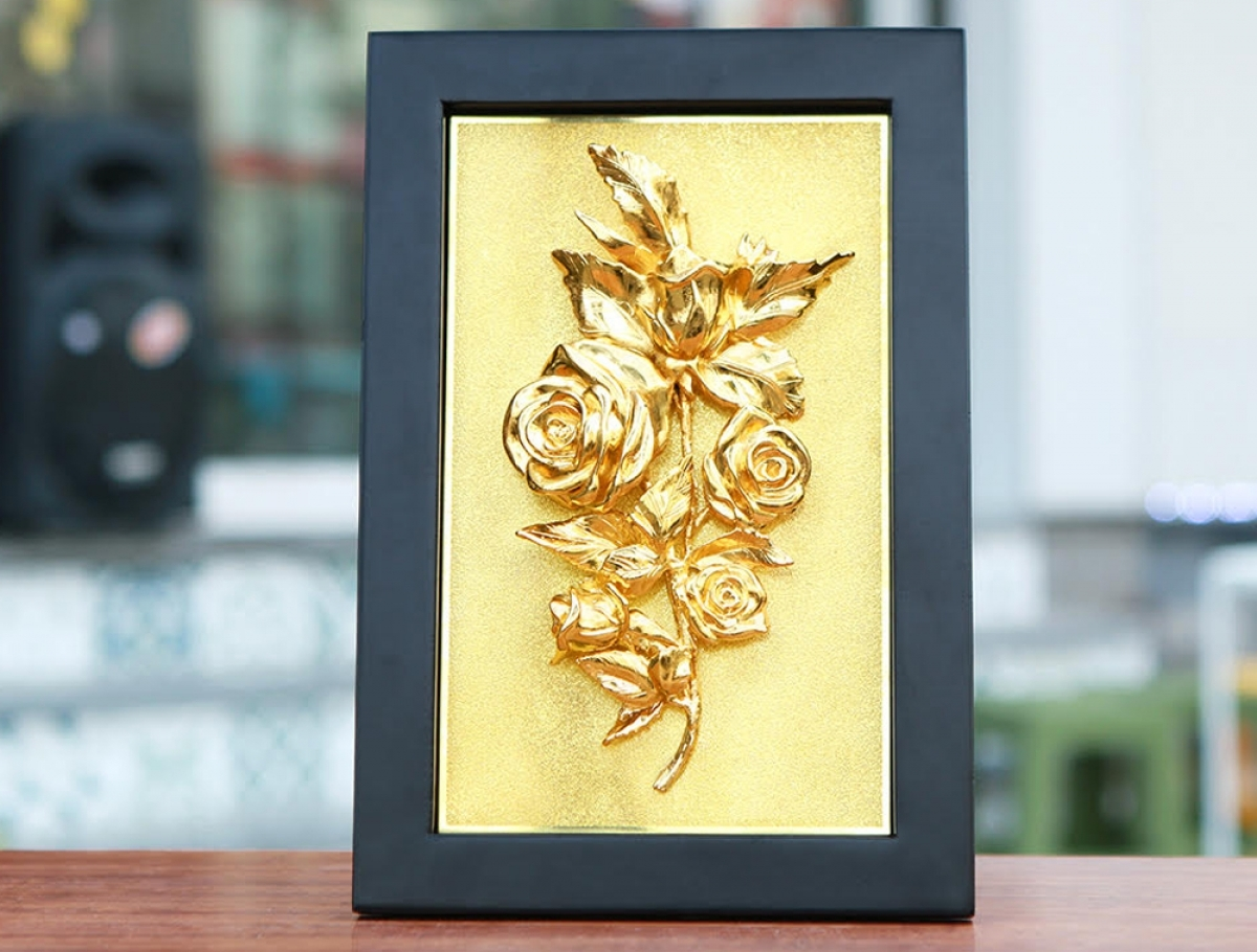 A picture containing gold-plated roses ranges in price, with the item on sale starting from VND4.5 million, equal to US$195.6.