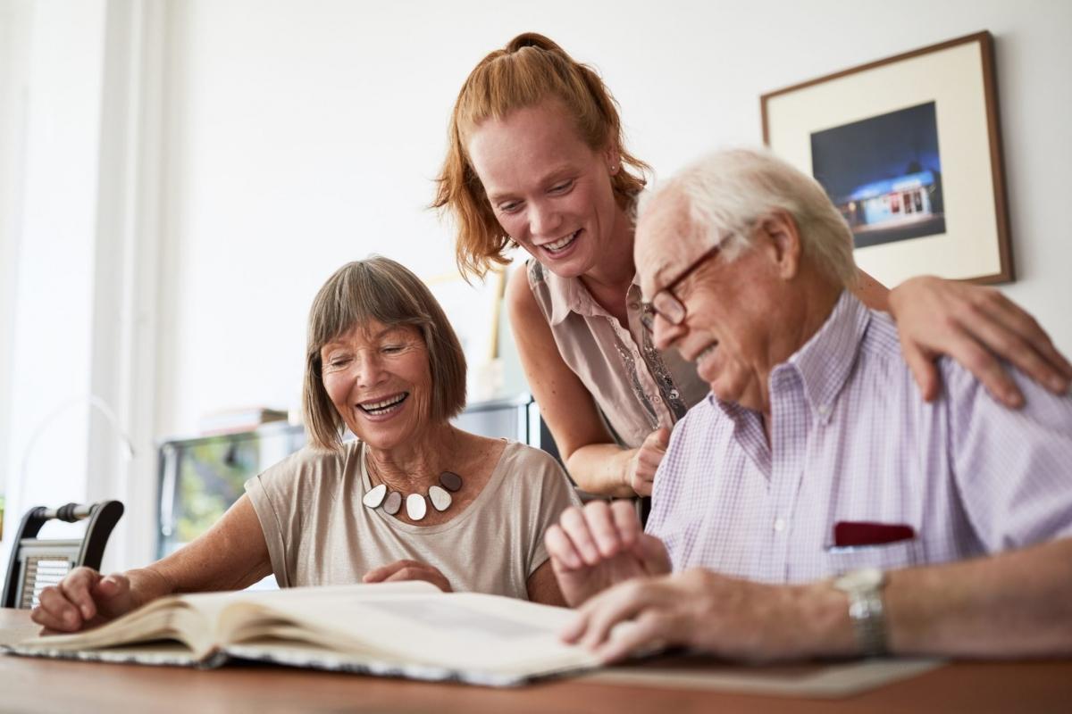 Di truyền: Nếu bố hoặc mẹ của bạn bạc tóc từ sớm thì việc tóc bạn bạc từ những năm tuổi 20 hay 30 cũng không phải điều gì đáng ngạc nhiên. Cũng giống như việc bạn có bị hói đầu hay không, thời điểm tóc bạn bắt đầu ngả bạc cũng phụ thuộc nhiều vào yếu tố di truyền của cả hai bên nội ngoại.