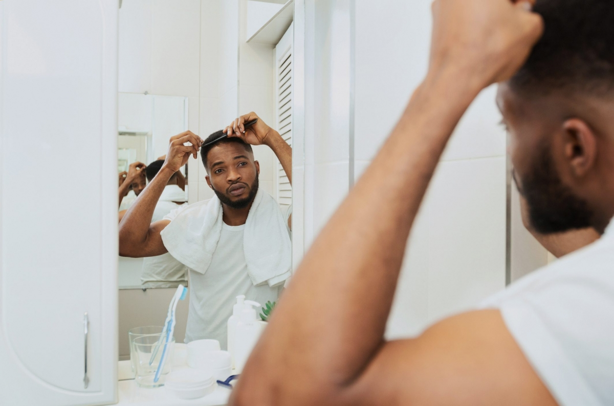 Bệnh tự miễn: Chứng rụng tóc từng mảng - một bệnh da liễu tự miễn có thể dẫn đến tình trạng tóc chuyển màu trắng, bạc. Điều này là do hệ miễn dịch tự tấn công vào các nang tóc, khiến tóc bạn rụng dần, và tóc mới mọc ra sẽ có màu trắng.