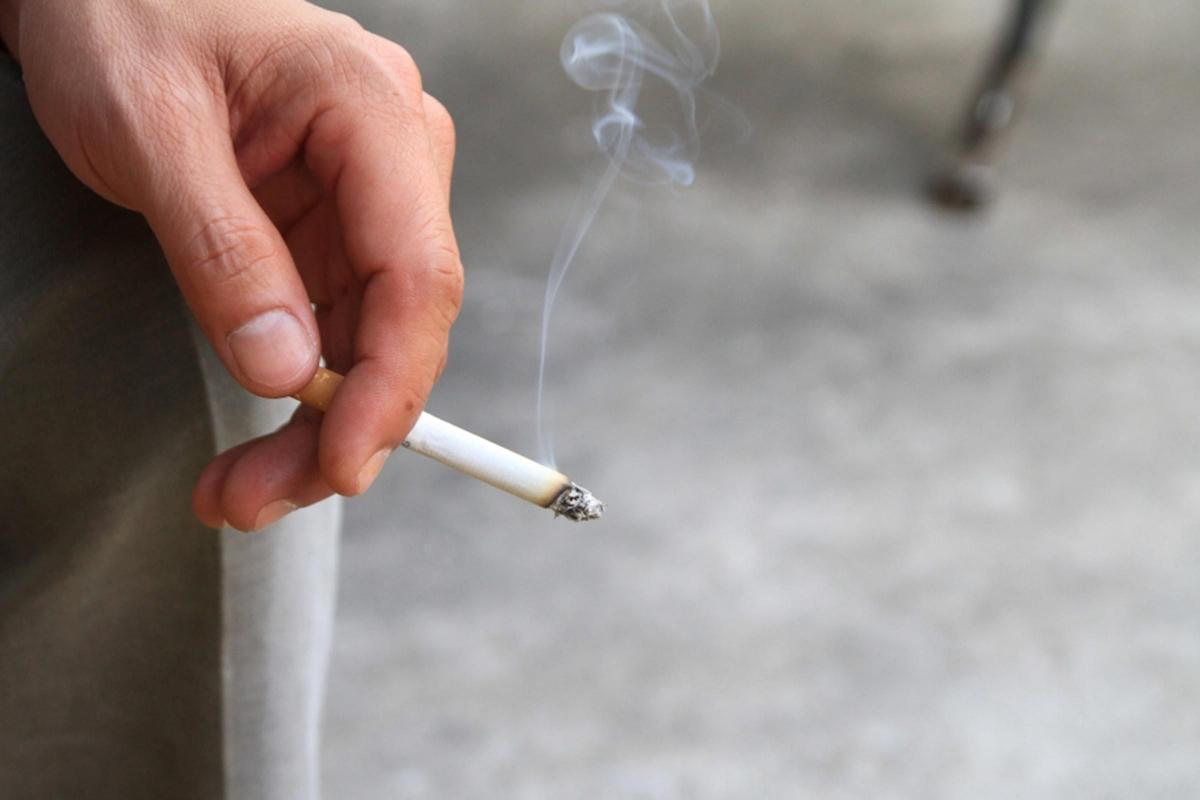 Khói thuốc lá: Khói thuốc lá cũng có thể là thủ phạm khiến tóc bạn bạc sớm. Dù là bạn trực tiếp hút thuốc hay bạn hít phải khói thuốc từ người khác, khói thuốc đều có thể ảnh hưởng đến màu tóc của bạn do lượng gốc tự do mà chúng sinh ra.