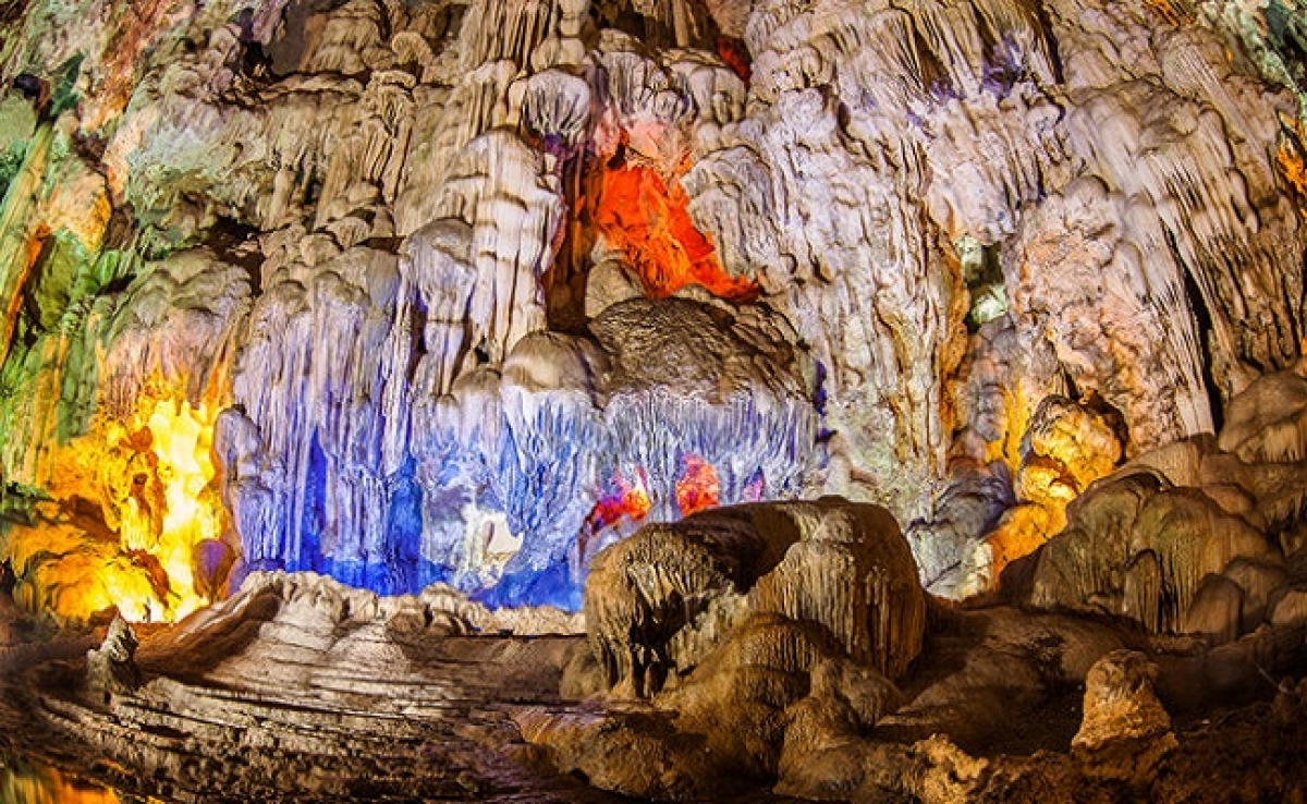 Sung Sot Cave is spread over a massive site of 10,000 square metres. Tourists can easily get lost in a magic world featuring thousands of stalactites and stalagmites.