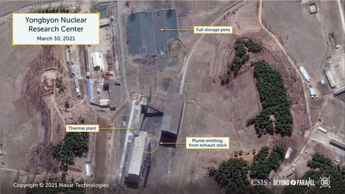 Hơi nước và khói bốc lên từ cơ sở hạt nhân Yongbyon ngày 30/3/2021. Ảnh: Maxar