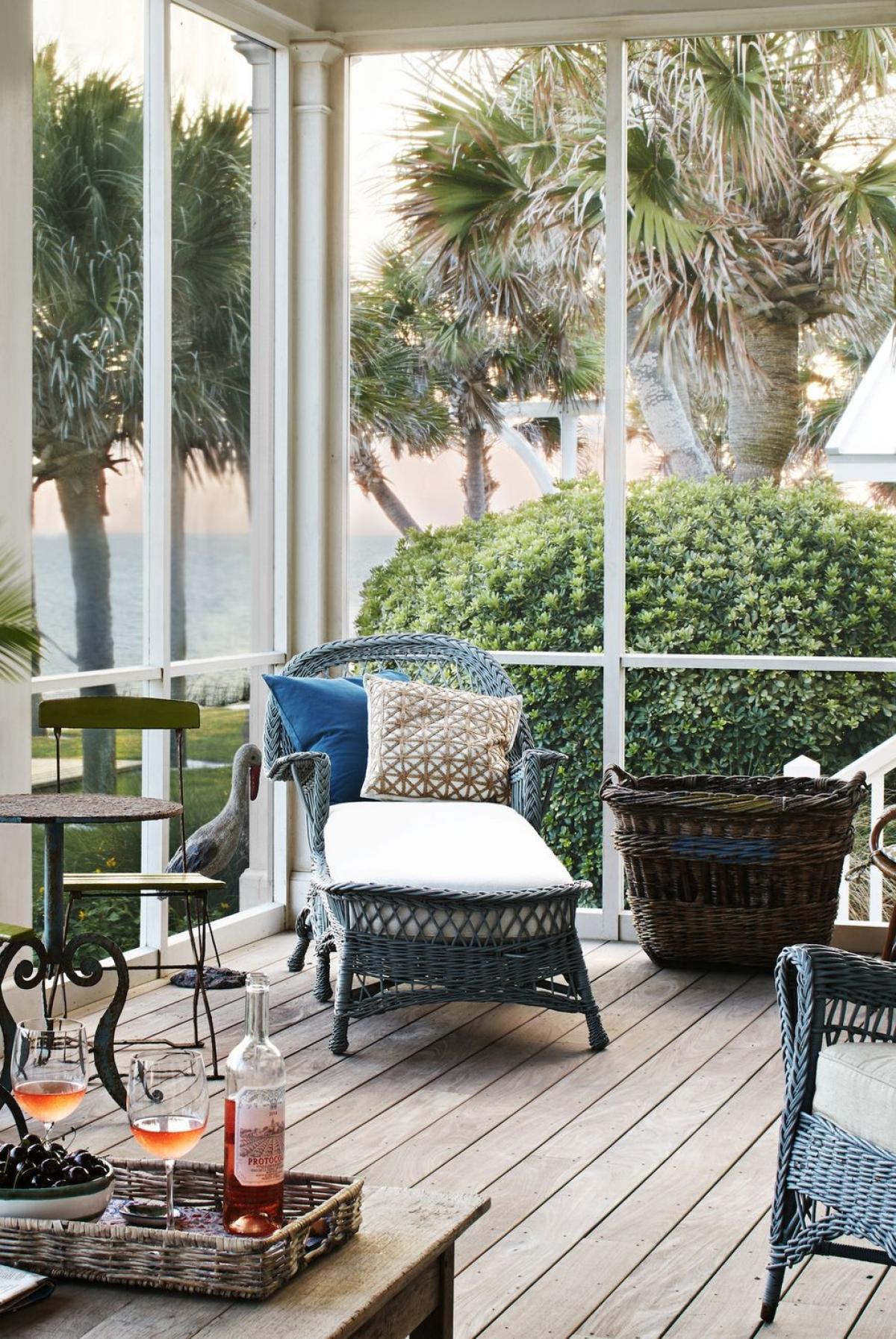 Sơn lại đồ đạc trong nhà: Đây là một ý tưởng không tồi để làm mới căn nhà của bạn. Hãy mạnh dạn với màu xanh nước biển hoặc màu vàng tươi tắn.