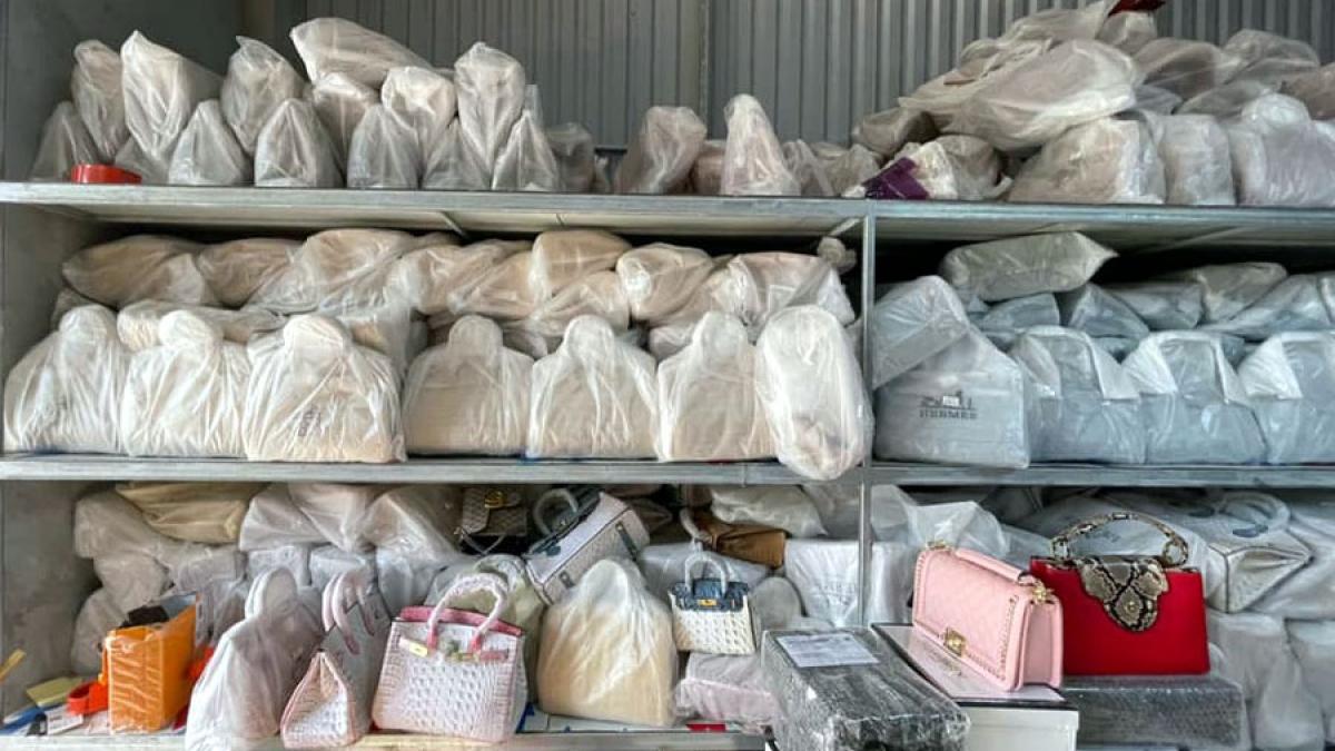 Cơ quan chức năng phát hiện và thu giữ khoảng 20.000 – 30.000 sản phẩm nhái nhãn hiệu Hermès.