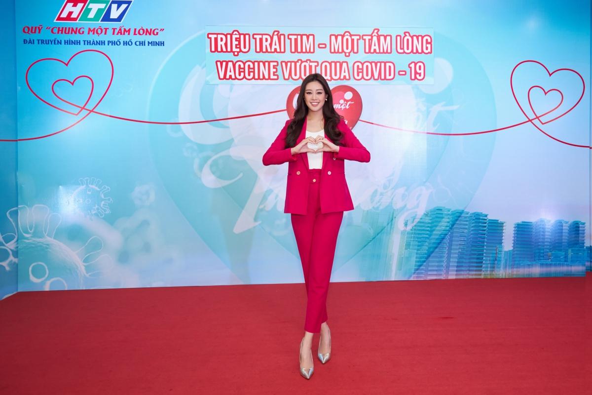 Đại diện HTV, Bà Giang Thị Kim Loan (Trưởng Ban tổ chức – Đào tạo) nhận tấm lòng của Hoa hậu Khánh Vân, đồng thời trao thư cảm ơn Khánh Vân vì những đóng góp cho hoạt động phòng chống dịch Covid-19.