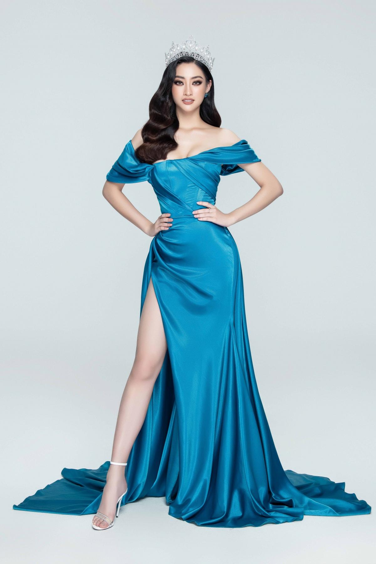 Với hai tông màu chủ đạo trắng - xanh của cuộc thi Miss World Vietnam, cả ba nàng hậu đầy cuốn hút và tự tin trong những thiết kế độc đáo của NTK Lê Thanh Hoà.