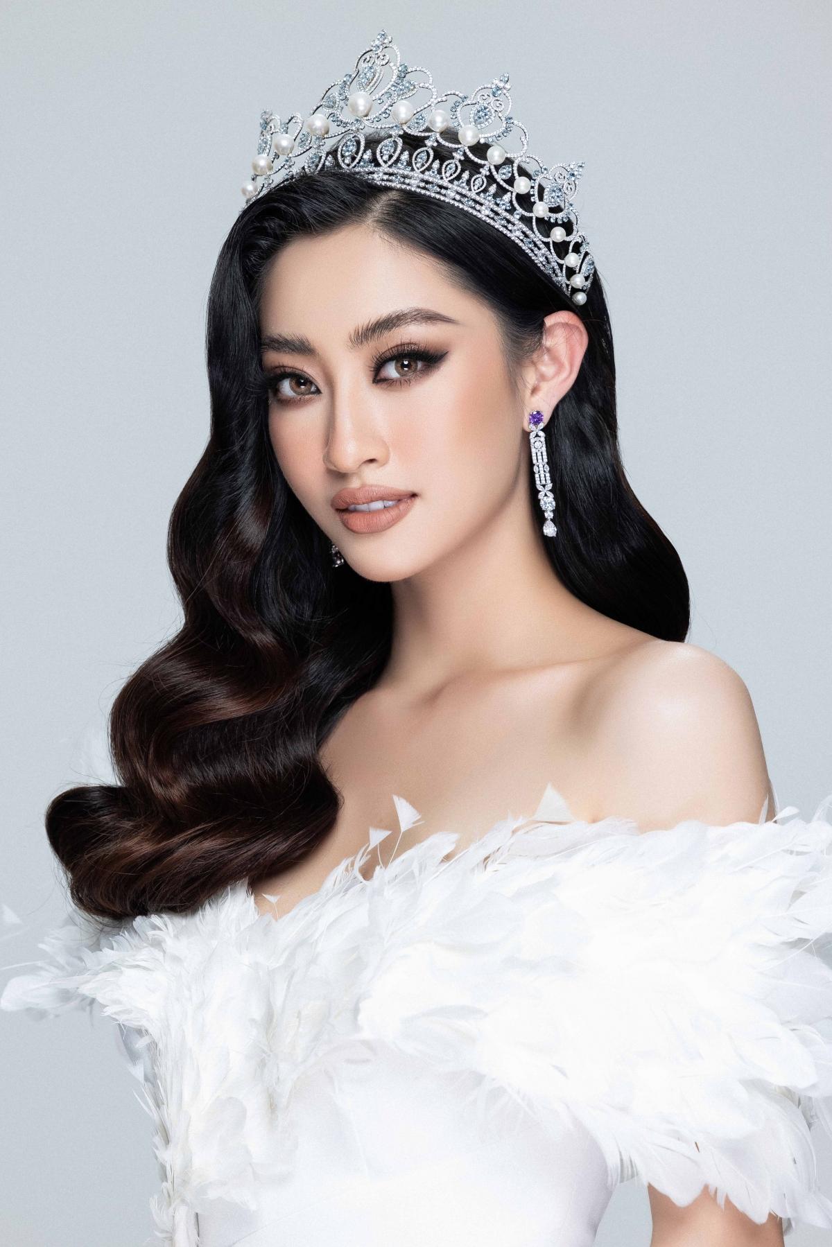 Đăng quang ngôi vị Hoa hậu, Lương Thuỳ Linh gây chú ý bởi chiều cao khủng 1m78 và bảng thành tích học tập đáng ngưỡng mộ.