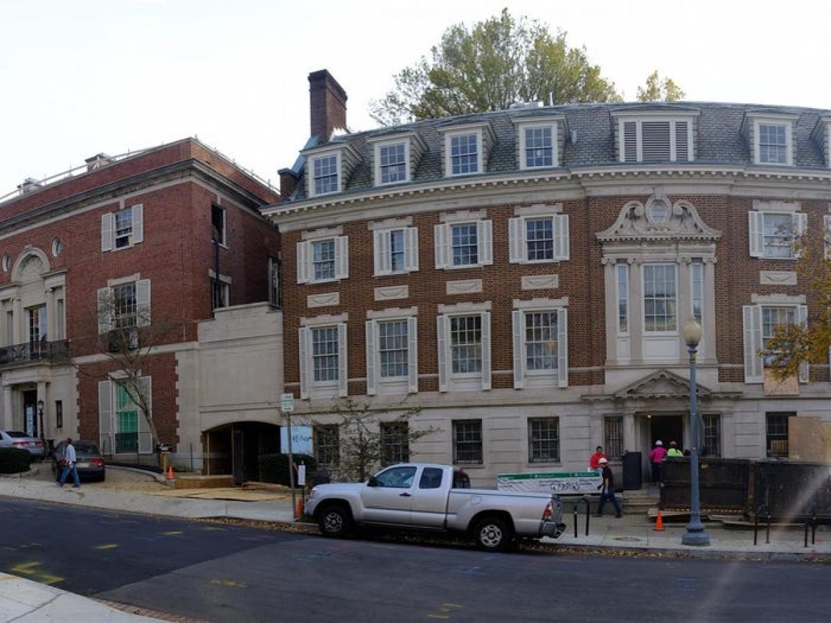 CEO Amazon mua liền 2 tòa nhà tạo thành khu nhà ở rộng nhất tại Washington DC. Ông bỏ ra 12 triệu USD để nâng cấp ngôi nhà và khu vực xung quanh.