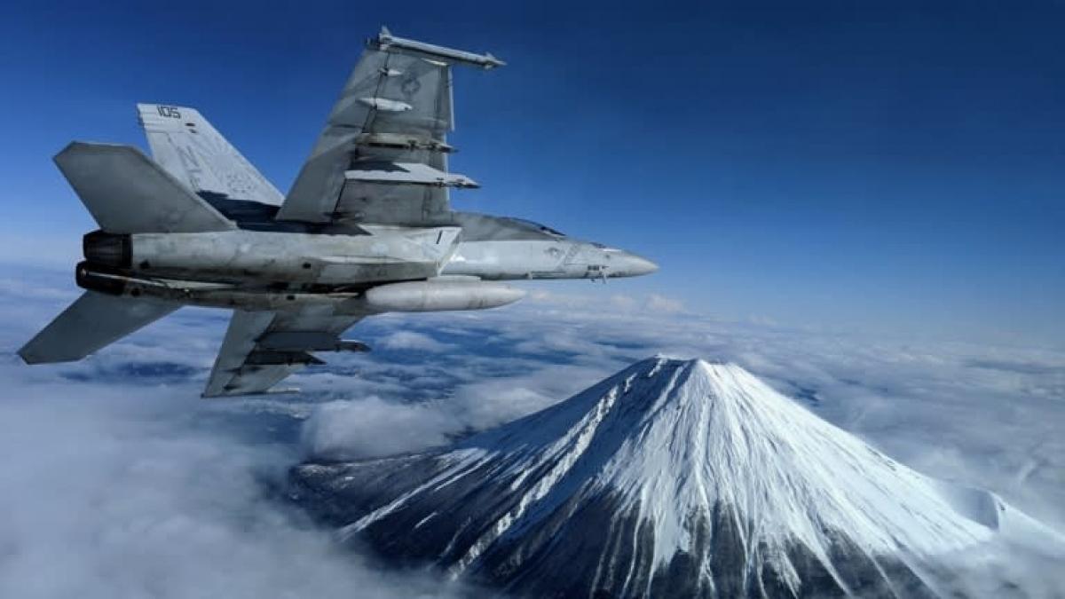 Một chiếc F/A-18F Super Hornet bay qua Núi Phú Sỹ ở Nhật Bản. Ảnh: Hải quân Mỹ