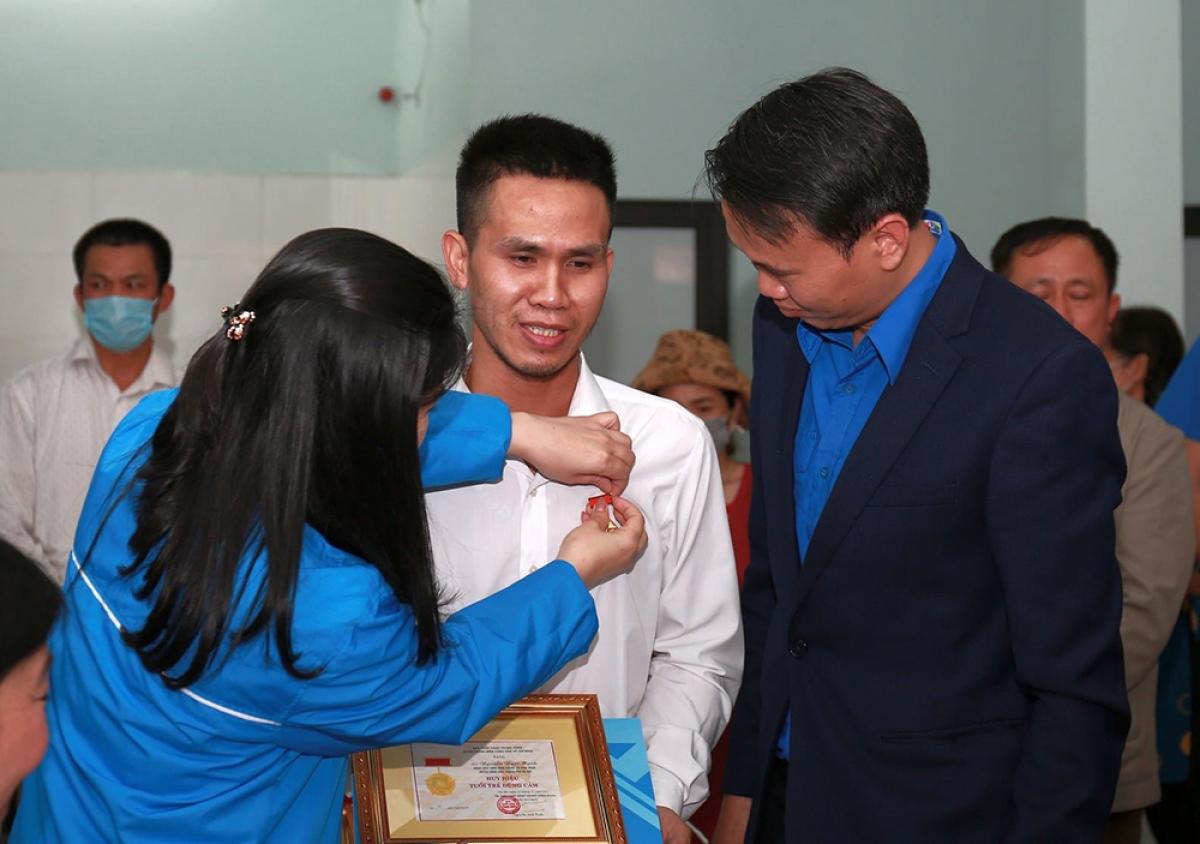 """Trao tặng Huy hiệu """"Tuổi trẻ dũng cảm"""" cho anh Nguyễn Ngọc Mạnh. Ảnh: Trung ương Đoàn TNCS Hồ Chí Minh"""