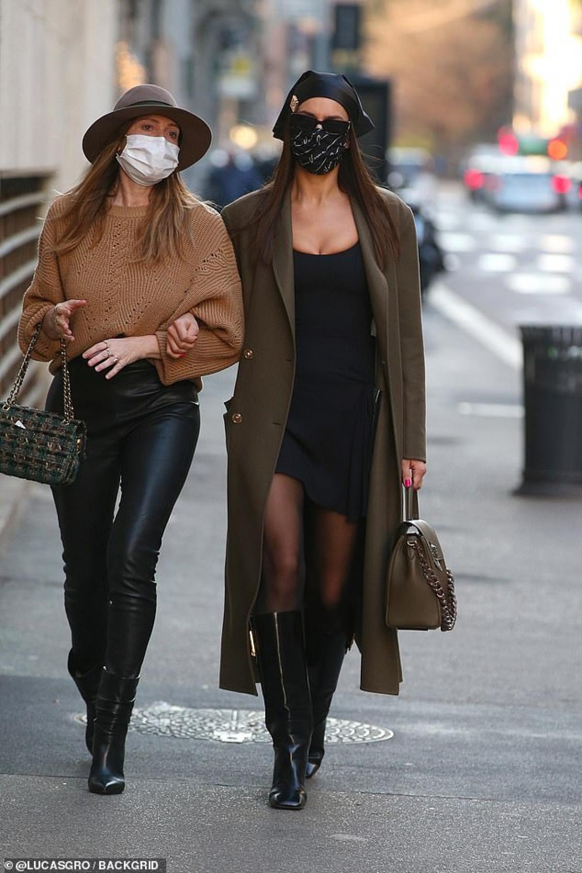 """Irina Shayk trở thành """"tâm điểm"""" của sự chú ý khi sải bước trên đường phố Milan hôm 1/3."""